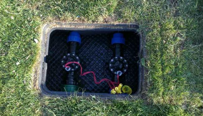 "Šachta pro elektroventily PGV 6/4\"" na fotbalovém hřišti, každý ventil zásobuje 2 postřikovače."