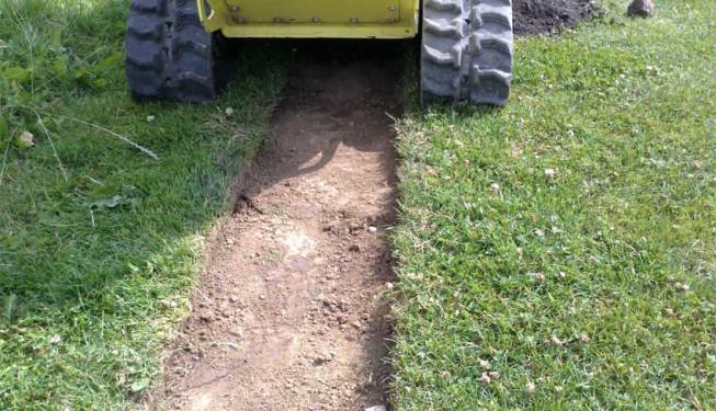 Výkop po sloupnutí travního drnu, půdní frézou RTX 100