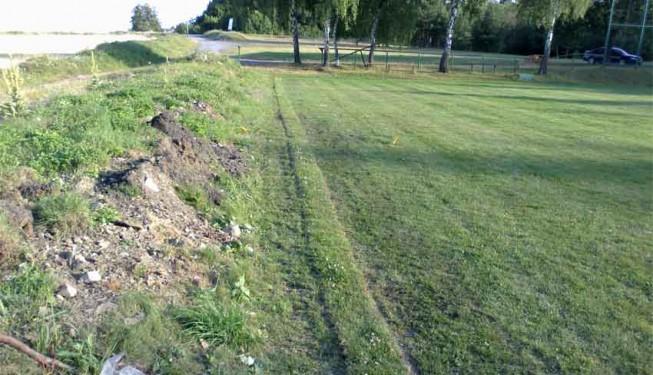 Pokládání travního drnu zpět na výkop - zavlažování fotbalového hřiště.
