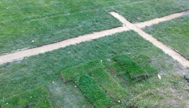 Úprava výkopu pro položení trávníku, výkop je zhutněný a za pískovaný.