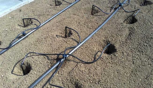 Mikro zavlažování - mikro závlaha bodová, kapkovací jehly s kapkovačem iDrop a rozdělovačem mikro potrubí. Hodí se pro výsadbu jahod a keřovitých plodin.