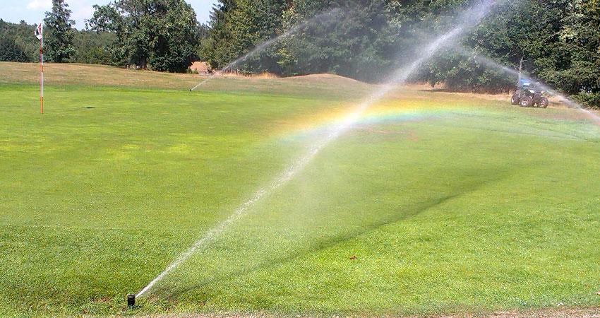 Zavlažování greenu golfového hřiště