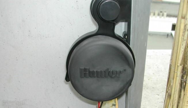 Bateriová ovládací jednotka SVC, s gumovým krytem přes ovládací tlačítka a displej. Jednotka je vodotěsná.