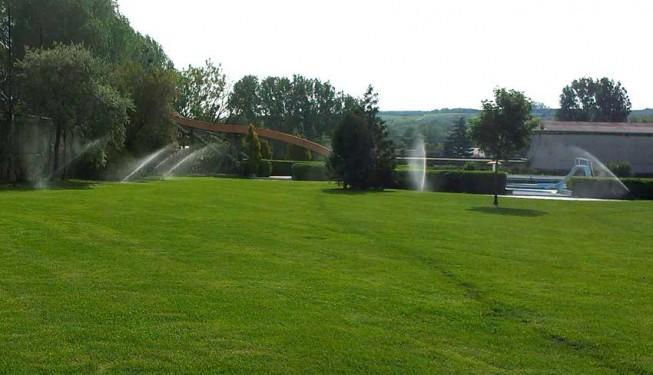 Zavlažování trávníku koupaliště na rozloze 3 000 m³ - postřikovače PGP Ultra