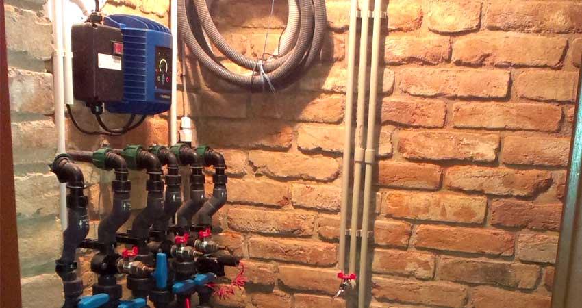 Frekvenční měnič Archimedes a část rozvodů o něco složitější vodárny s automatickým přepínáním na obecní vodovod.