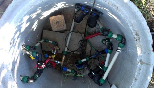 Vodárna pro závlahu, tlakový rozvod po zahradě a zásobování objektů. Zdrojem je vrtaná studna.