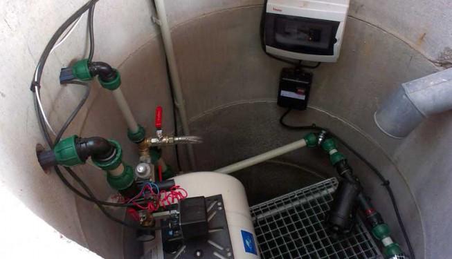 Klasická vodárna s tlakovým spínačem a membránovou takovou nádobou instalovaná do skružení studny.