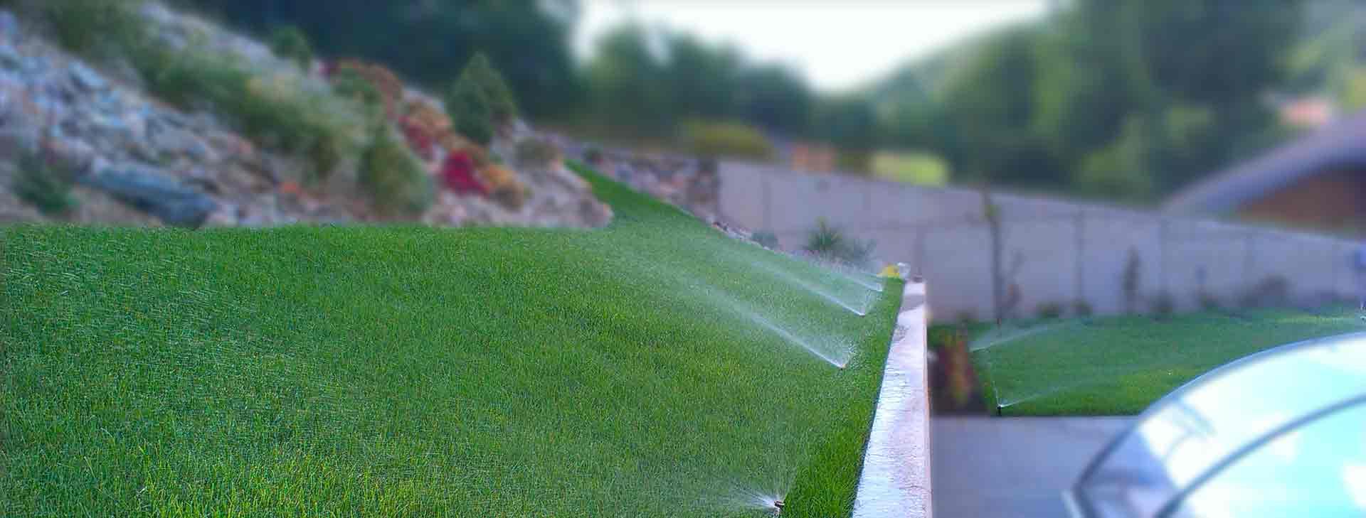 Zavlažování zahrady | Úzké pruhy trávníku, zavlažujeme rozprašovacím postřikovačem PRO SPRAY.