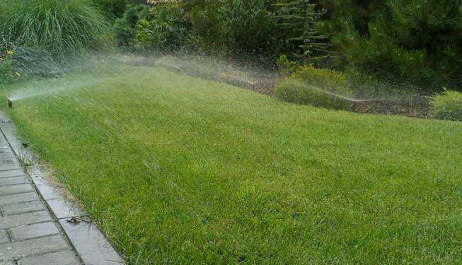 Nejčastější využití rozprašovacích postřikovačů v členitých zahradách.