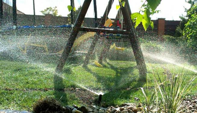 Zavlažování zvládne i překážky v trávníku.