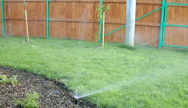 Rozprašovací postřikovače se hodí zejména pro členité zahrady.