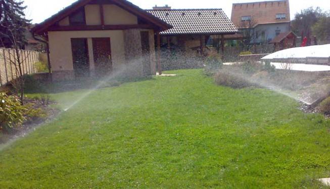 Zavlažování zahrady. Rozprašovací postřikovače.